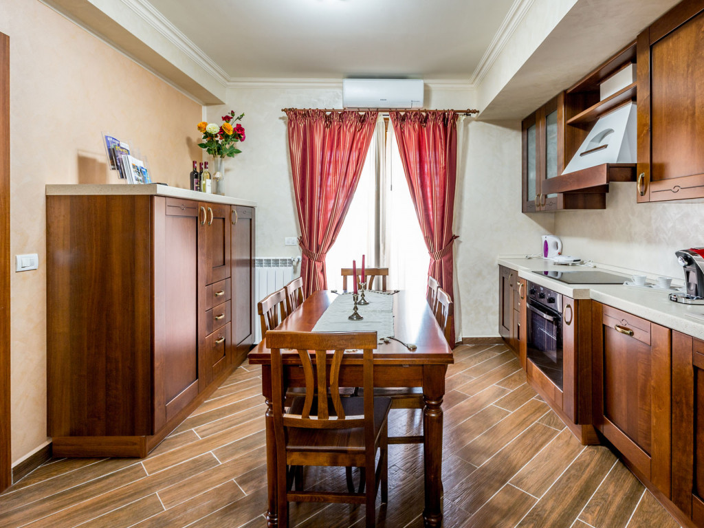 Inchirez Apartament 3 camere  Mamaia ,  Constanta  - 850 EURO;
